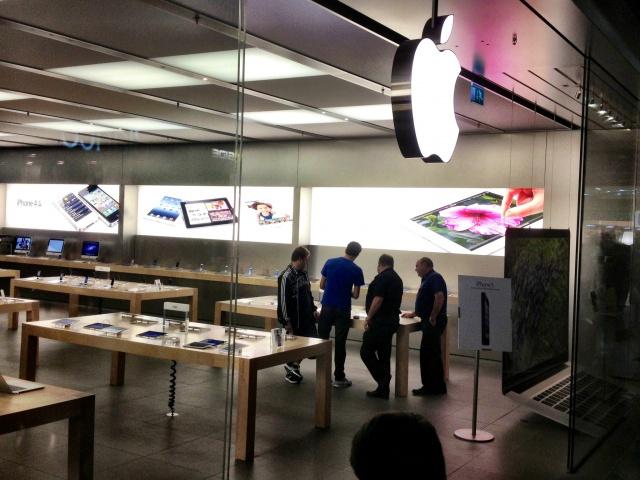 Primer día de venta de iPhone 5 en España