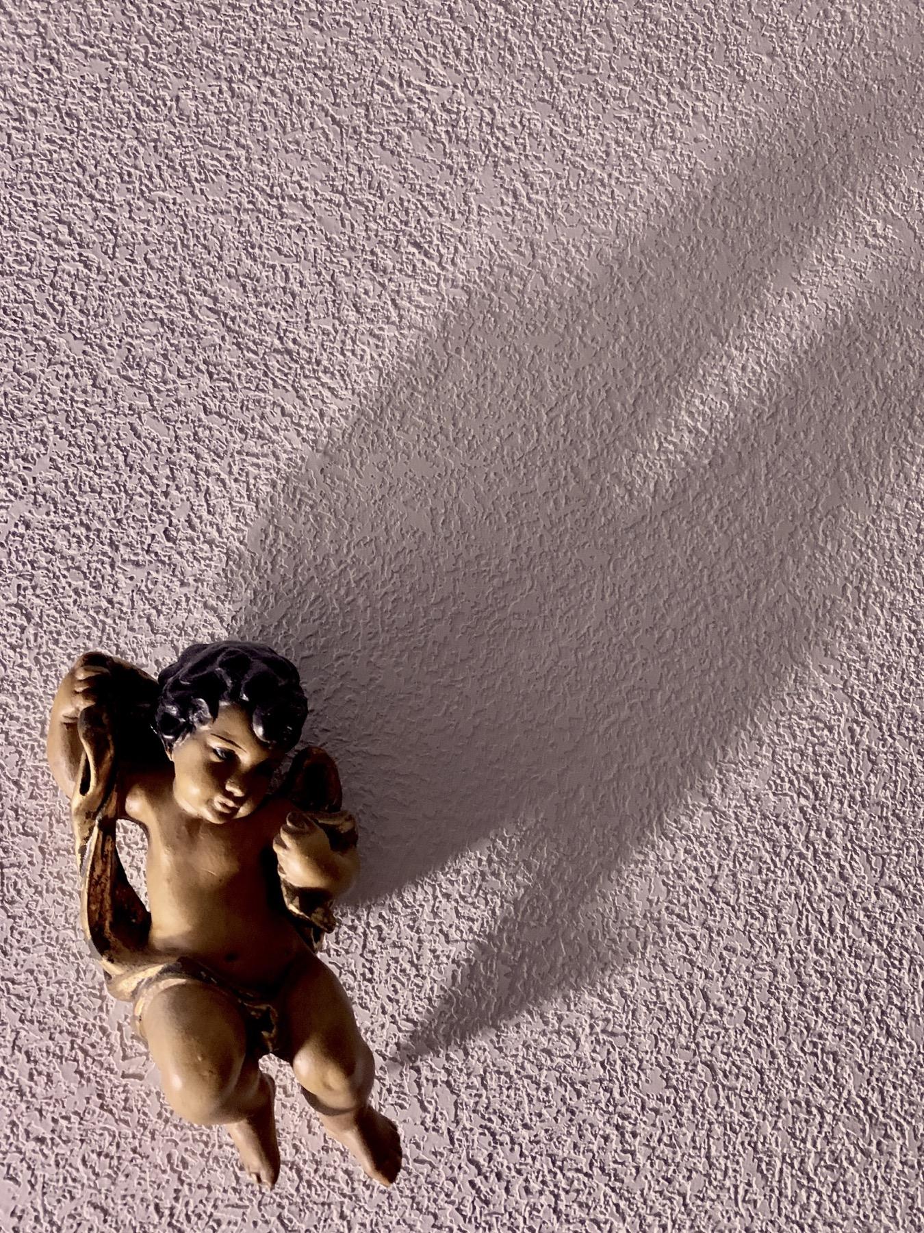 Angel en la pared fotografiado con la cámara del iPhone XR