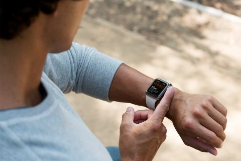 Hombre midiendo su frecuencia cardiaca con un Apple Watch y la app de ECG