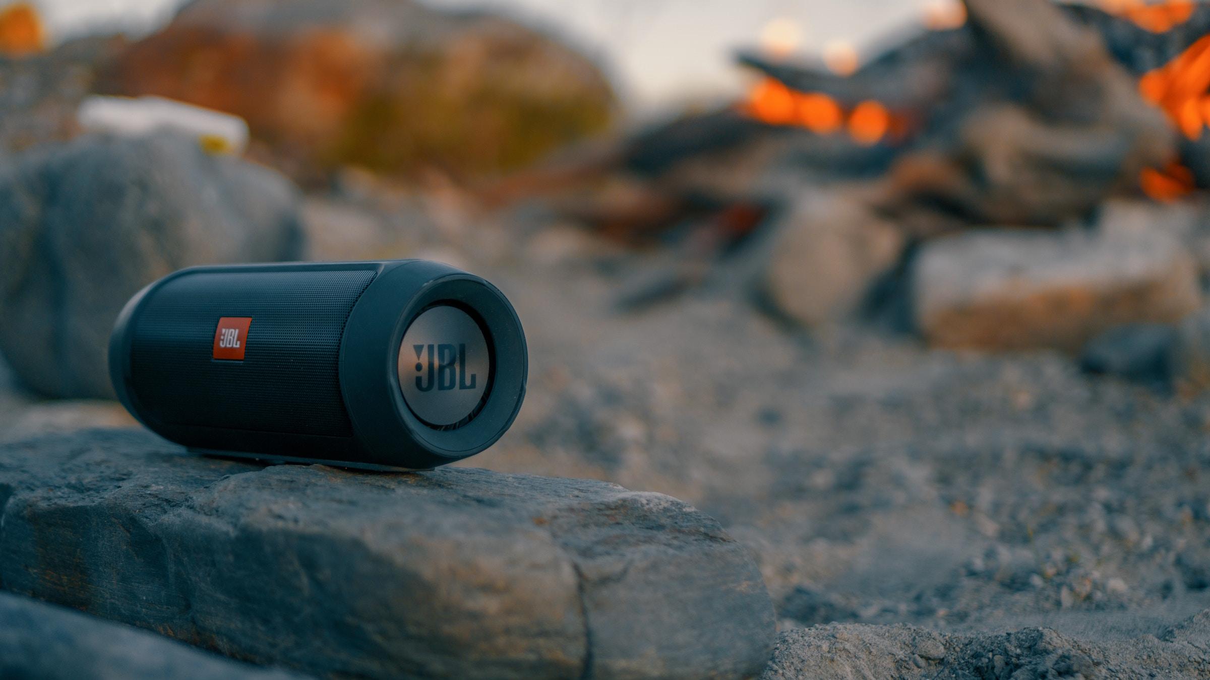 Altavoz portátil Bluetooth en la playa