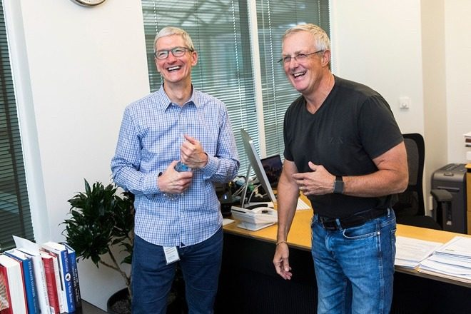 Bruce Sewell y Tim Cook